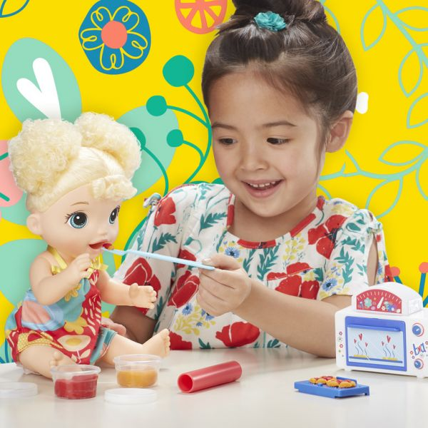 Bé Emma ăn bánh nướng tặng một Bộ Playdoh Bột nặn siêu thi v